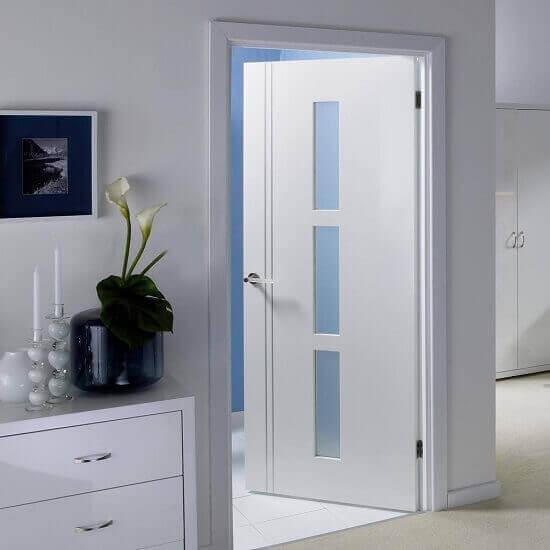 Бяла интериорна врата в модерен стил
