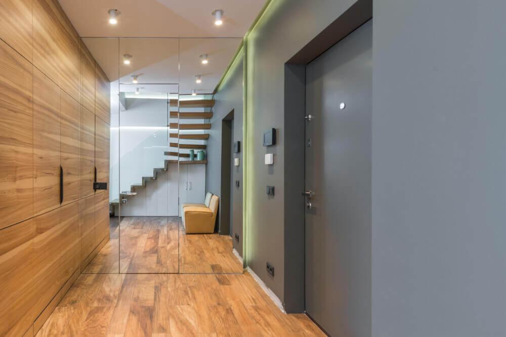 Модерна сива входна врата