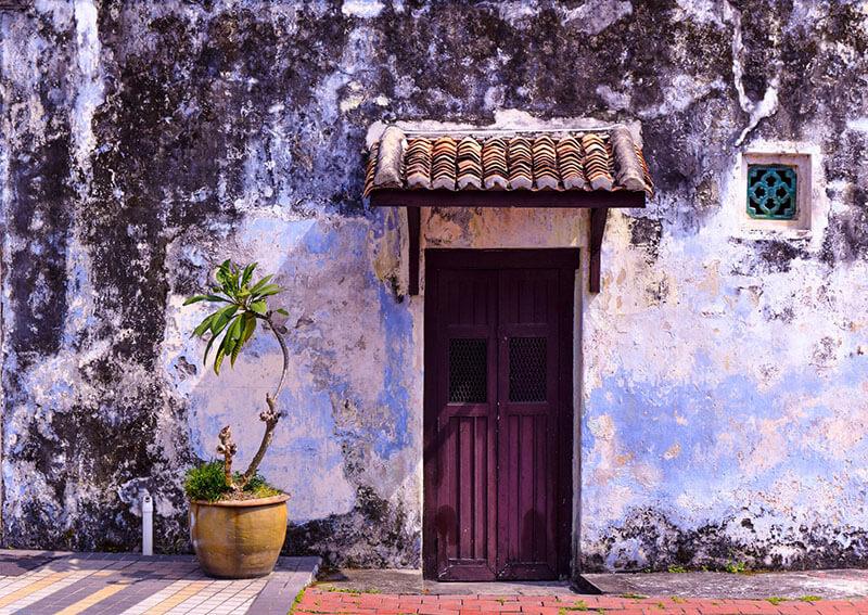 Лилава входна врата